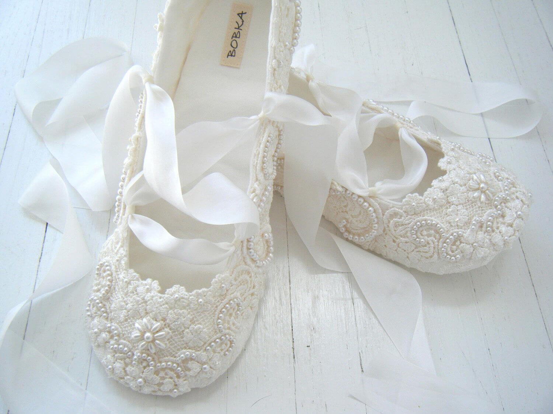 f04340219 Наиболее выгодно обувь без каблука смотрится с платьями с завышенной талией  в стилистике эпохи романтизма.